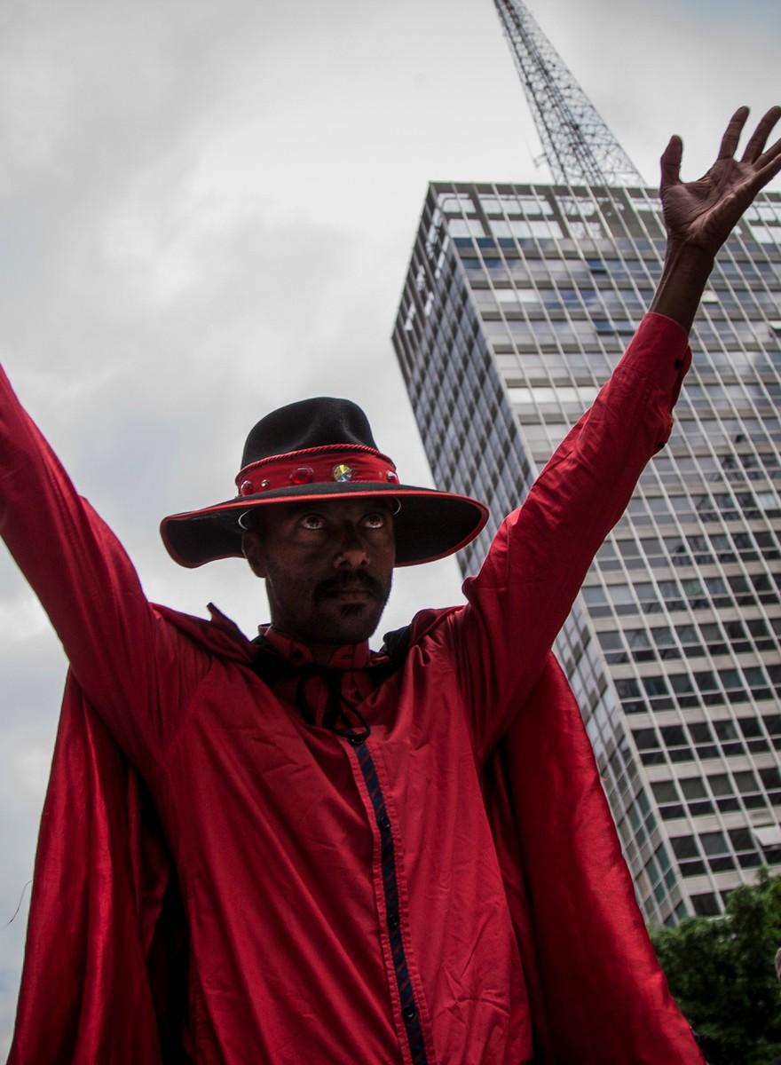 Chifres ao alto em São Paulo na Marcha para Satanás