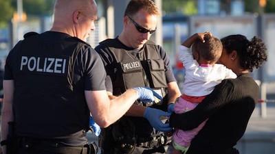 """Was passiert, wenn die Polizei vermeintlichen """"Flüchtlingsverbrechen"""" nachgeht"""
