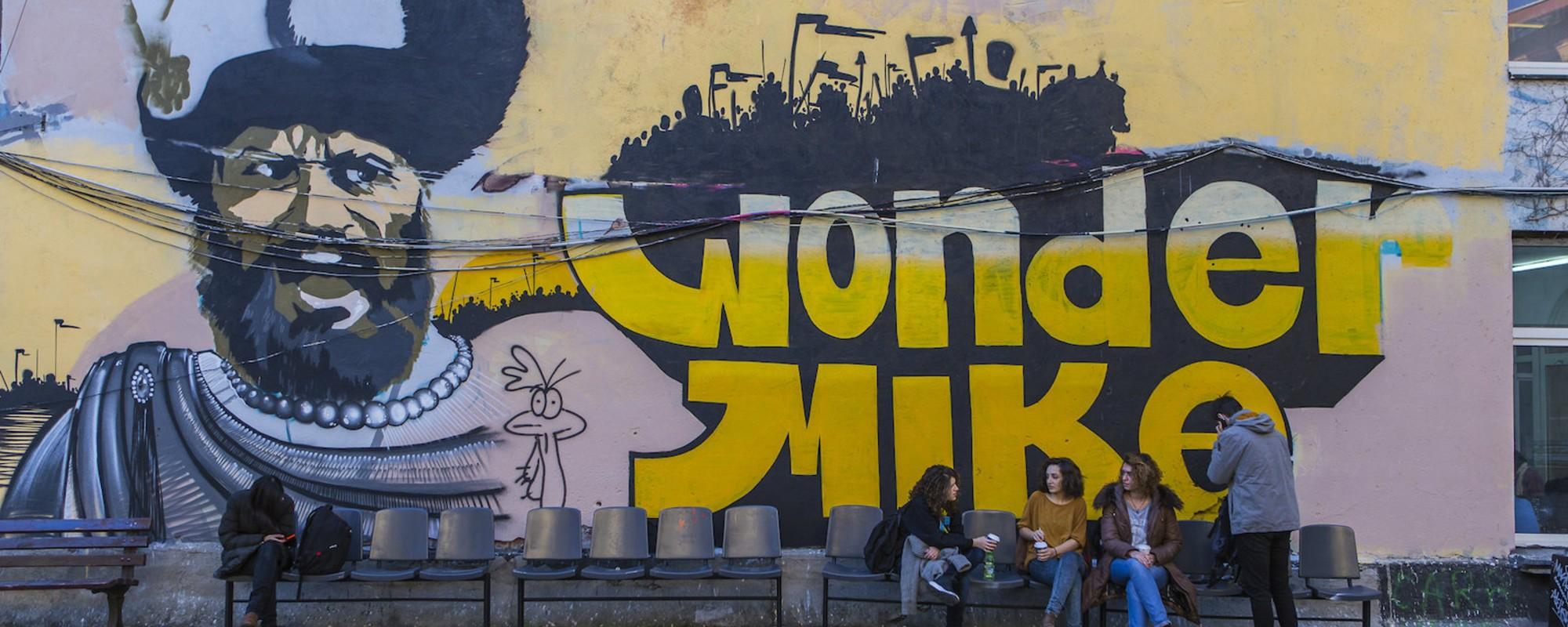Pereții facultății de arhitectură din București sunt un mix de graffiti, umor și studenție