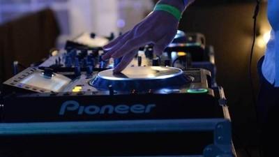 De ce DJ-ii care sunt cap de afiș la festivalurile mari din România sunt impostori