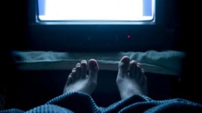 Cât de nociv e să adormi cu televizorul deschis?