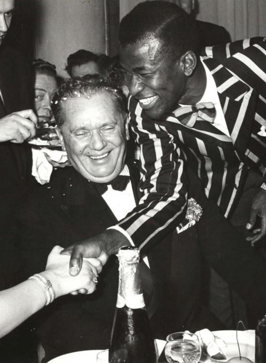 Fotografiile astea de la petrecerile de Revelion din Iugoslavia l-ar face și pe Ceaușescu invidios