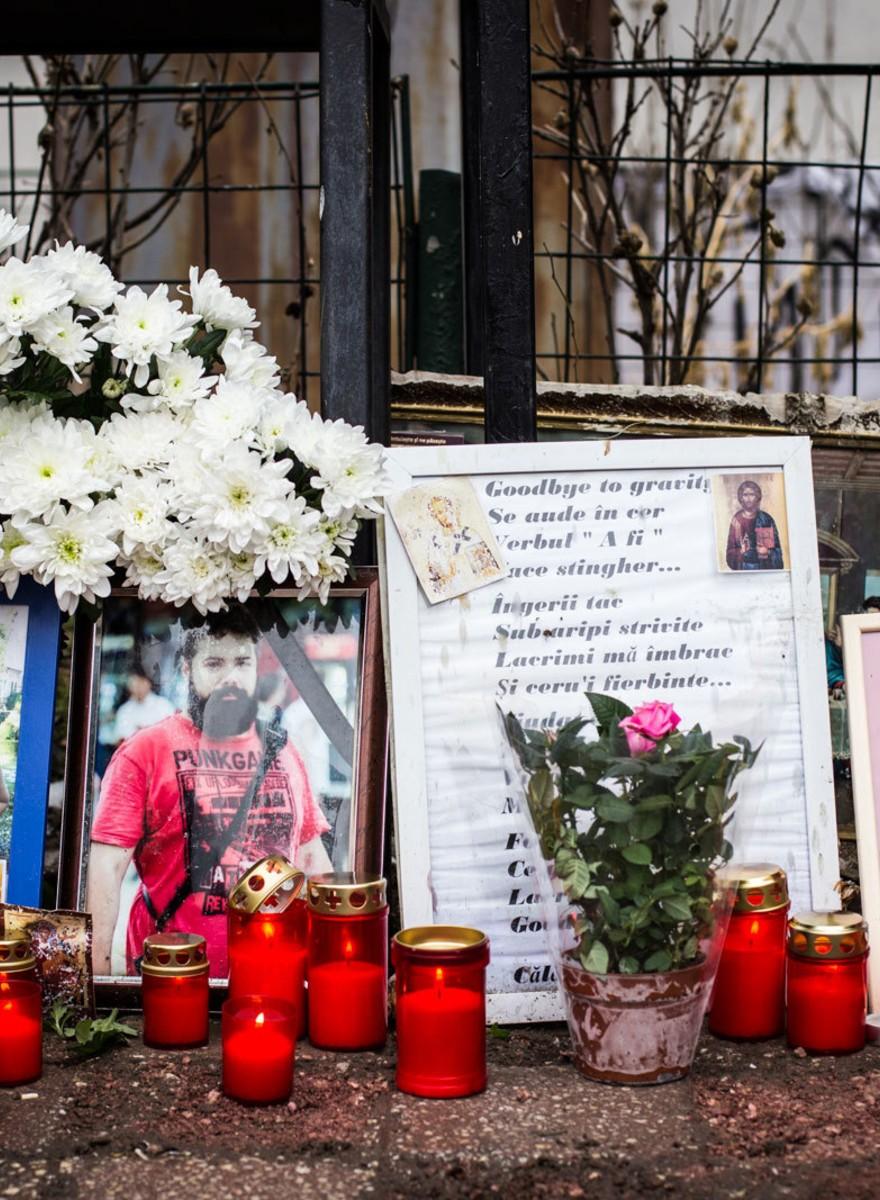 Fotografiile astea de la comemorarea Colectiv îți arată cât de ușor uităm o tragedie