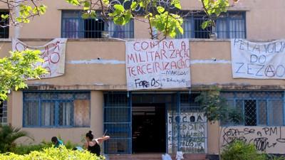 Desocupação violenta e civis mascarados na luta por ensino público dos secundaristas de Goiás