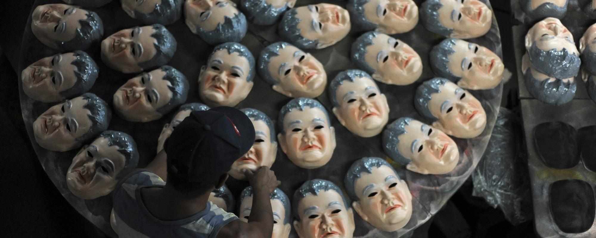 "Conhecendo a fábrica que produz máscaras do Cunha e do ""Japonês da Federal"""