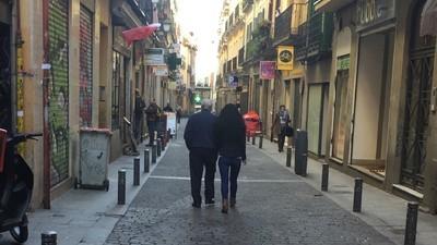 Prostitutas y abuelos en la calle Montera de Madrid