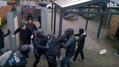 Ein Video zeigt, wie Polizisten bei einer Räumung in Flensburg Demonstranten verprügeln