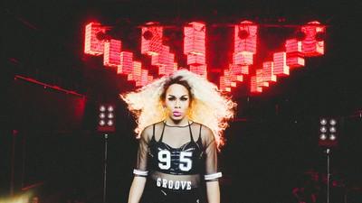 "Gloria Groove chega metendo o salto na porta no clipe de seu primeiro single, ""Dona"""