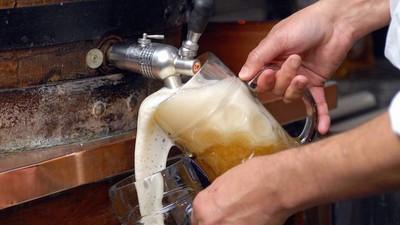 Goldene Biertrinker-Regel: Deshalb solltet ihr nie nach dem ersten Bier pinkeln