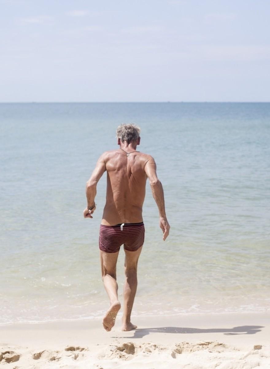 Harrie verbrast zijn uitkering op een Cambodjaans strand