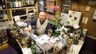 Widoki z tokijskiej dzielnicy gejowskich mikro-barów