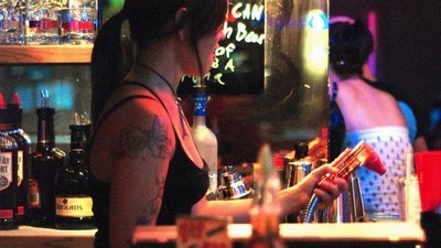 Jedinej způsob, jak přežít práci za barem, je ožrat se
