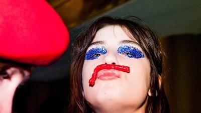 Fotografías surreales y llenas de color del after de un desfile de modas