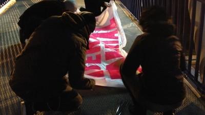 Acompañamos a unos activistas veganos en una noche de pintadas callejeras en Madrid