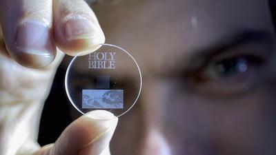 Dieses Stückchen Glas speichert deine Daten länger als Facebook