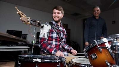 Este baterista tiene tres brazos, dos humanos y uno robótico
