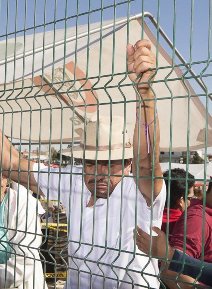 Photos of Everything but the Pope at a Papal Mass Near the Mexican Border