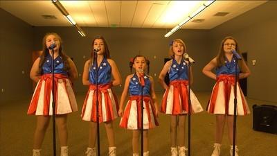Dívčí skupina, která prozpěvuje slávu Donaldu Trumpovi