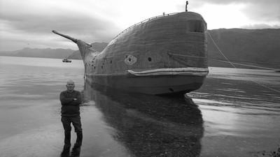 Este aventurero de 73 años navega en una ballena de metal de 18 metros por todo el Atlántico