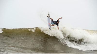Surfeando sobre aguas negras en Sudáfrica