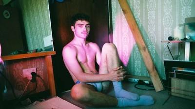 Este fotógrafo retrata a sus ligues de tinder en la cama