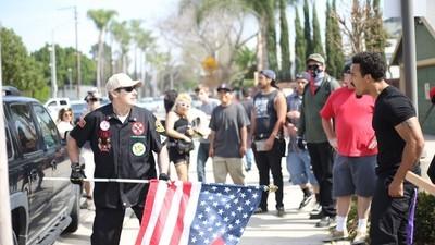 Een demonstratie van de Ku Klux Klan in Californië liep uit op een enorme steekpartij