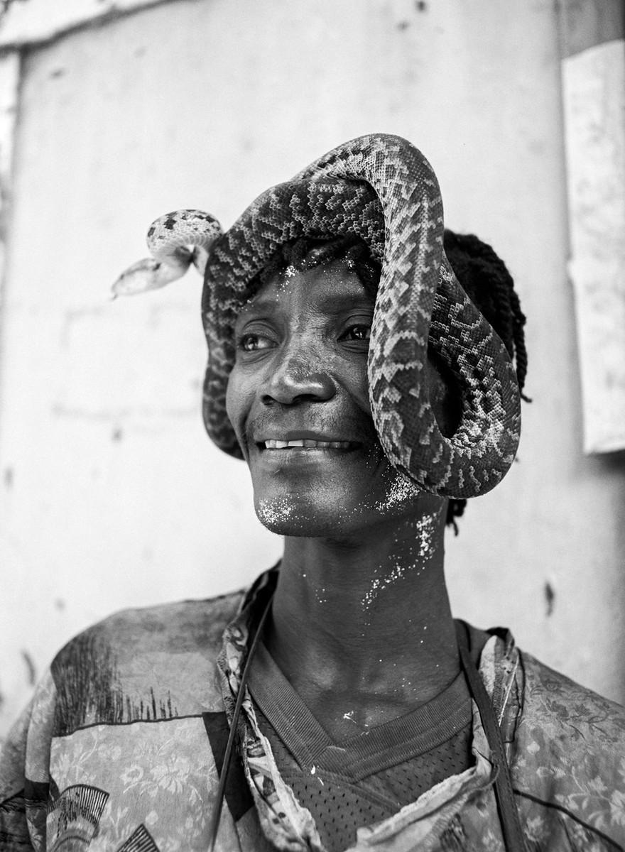 Spiriti, bare e incantatori di serpenti: foto dal carnevale vudù di Haiti