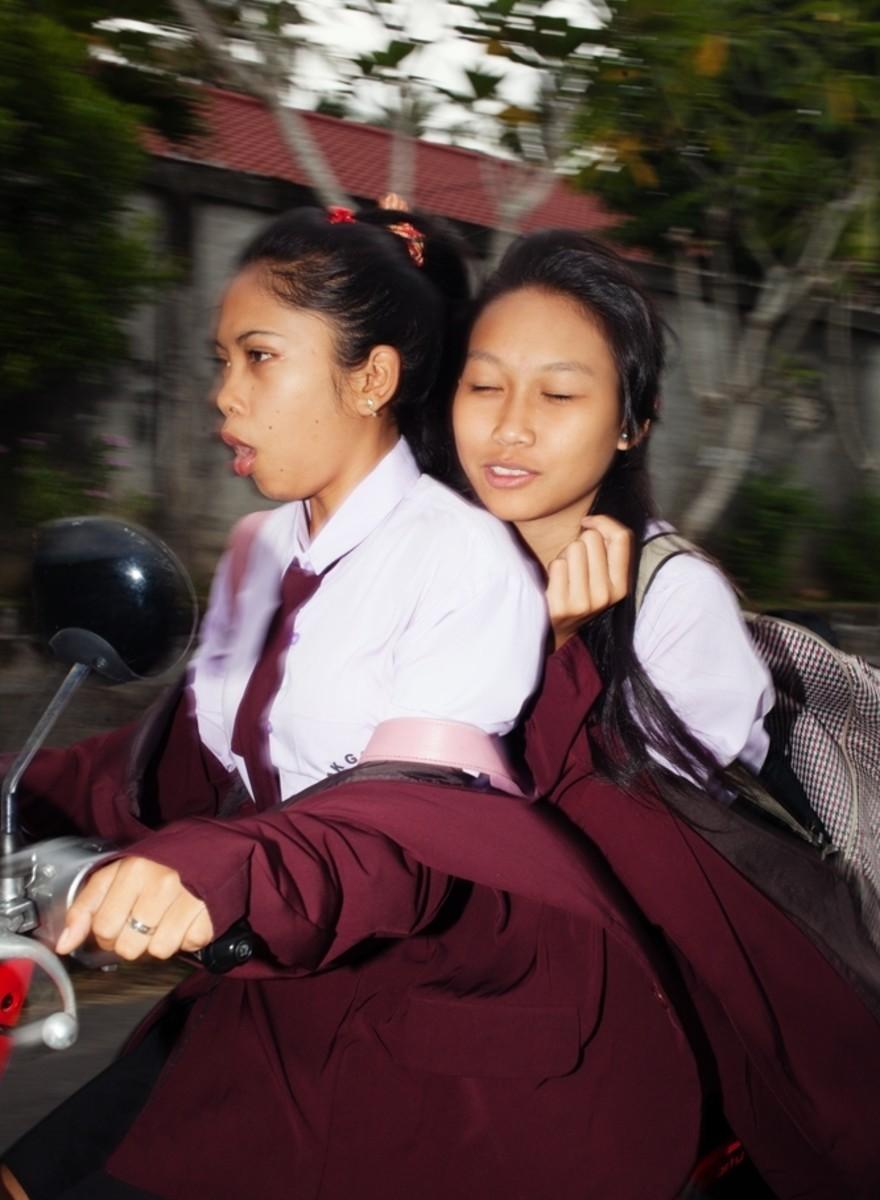 Auf den lebhaften, chaotischen Straßen von Bali