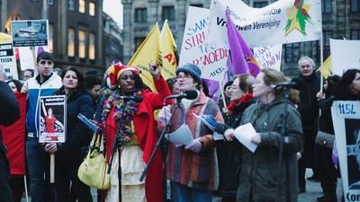 Het was gezellig druk bij de demonstratie voor Internationale Vrouwendag op de Dam