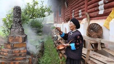 """Een bezoek aan het """"Koninkrijk der Vrouwen"""" in China waar vrouwen de dienst uitmaken"""