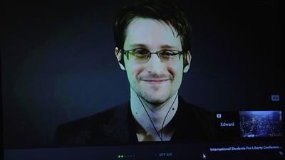 Edward Snowden dice que es una 'puta mentira' que el FBI no pueda desbloquear un Iphone