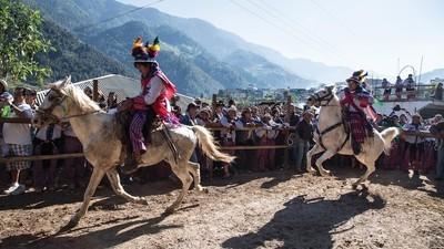 We gingen naar een met drank overgoten paardenrace in Guatemala