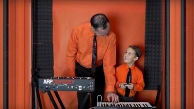 Du wirst nie so cool sein wie dieser Sechsjährige, der mit seinem Vater Kraftwerk covert