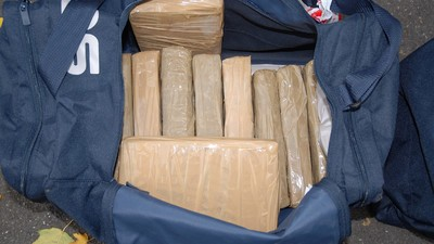Eine Flugbegleiterin hat am Flughafen von L.A. rund 30 Kilo Kokain abgestellt und ist dann geflüchtet