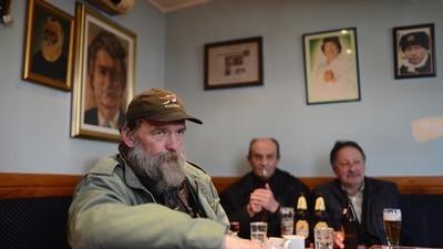 In deze kroeg in Belgrado is oorlogscrimineel Radovan Karadzic nog steeds een held