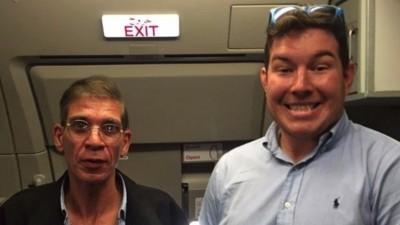 Ja, eine EgyptAir-Geisel hat tatsächlich ein Foto mit dem Entführer gemacht