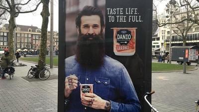 We kunnen die nieuwe reclameposter voor yoghurtjes niet onbesproken laten