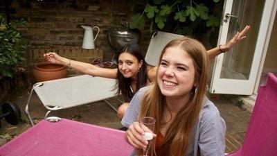 Frauen zwischen 18 und 80 geben Ratschläge in Sachen Leben, Liebe und Party