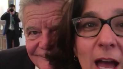 Das Gauck-Photobomb-GIF ist ein Schrei nach Hilfe