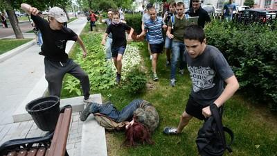 Prin ce trec colegii tăi gay din liceele românești, când te porți ca un ghiolban