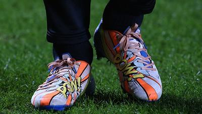 Una explosión de color y de mal gusto: la evolución de las botas en el fútbol