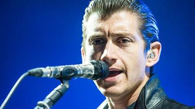 De ce sună solistul de la Arctic Monkeys ca un țărănoi american