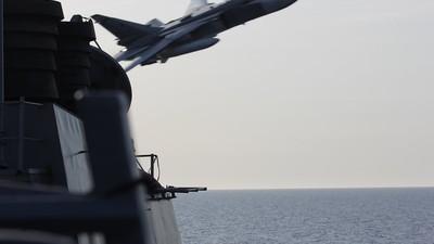 Avioanele rusești au executat atacuri simulate lângă o navă americană de luptă