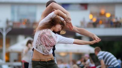 Suecia legaliza los bailes espontáneos en la calle