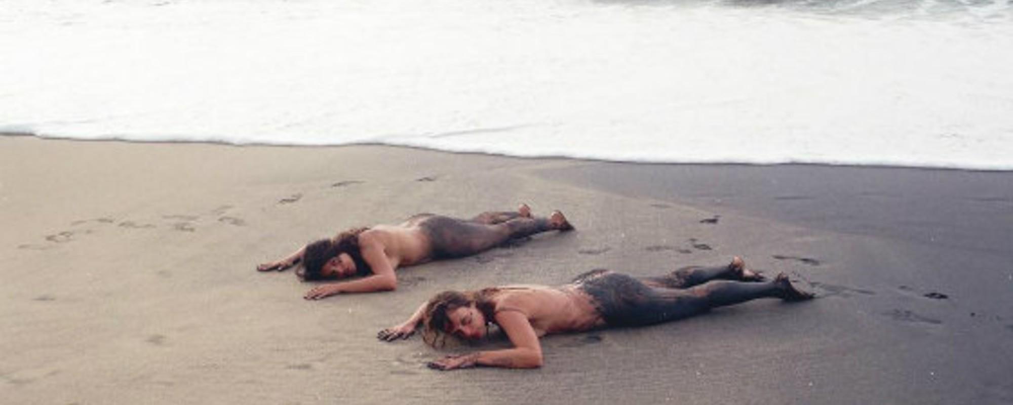 Fotografiile astea cu nuditate și nisip îți arată cum corpul tău poate fi operă de artă