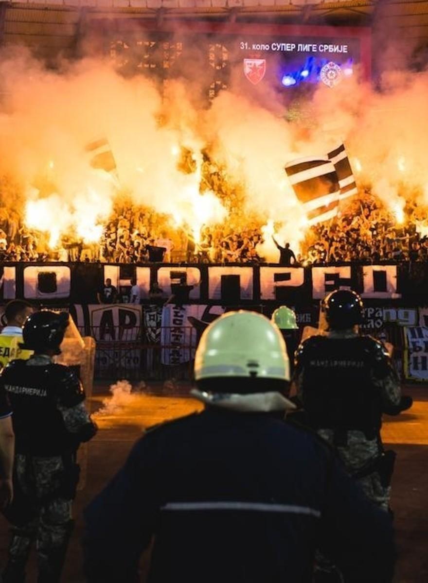 Blut, Schweiß und Tränengas beim Belgrader Fußball-Derby