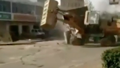 Watch Two Huge Trucks Fight to the Death on the Streets of China