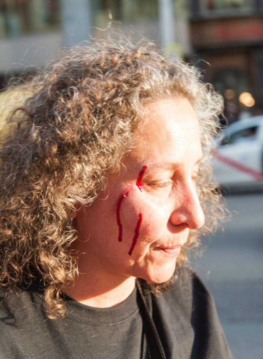 Demasiada policía: fotos de la cacerolada de la PAH frente a la sede del PP en Madrid