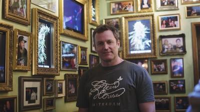 Amsterdammer Joachim Helms is het blowmaatje van de grootste artiesten op aarde