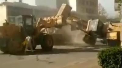 Urmărește două buldozere care se luptă până la moarte pe străzile Chinei